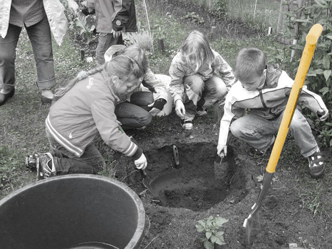 Gartenarbeit_auf_den_Schülerbeeten_6_eingefärbt_2017-07-16_v1-0_mam